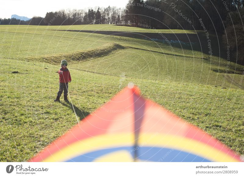 Junge auf der Wiese beim Drachenfliegen in der Freizeit sportlich Freizeit & Hobby Mensch maskulin Kind Kindheit 1 3-8 Jahre Umwelt Natur Landschaft Frühling