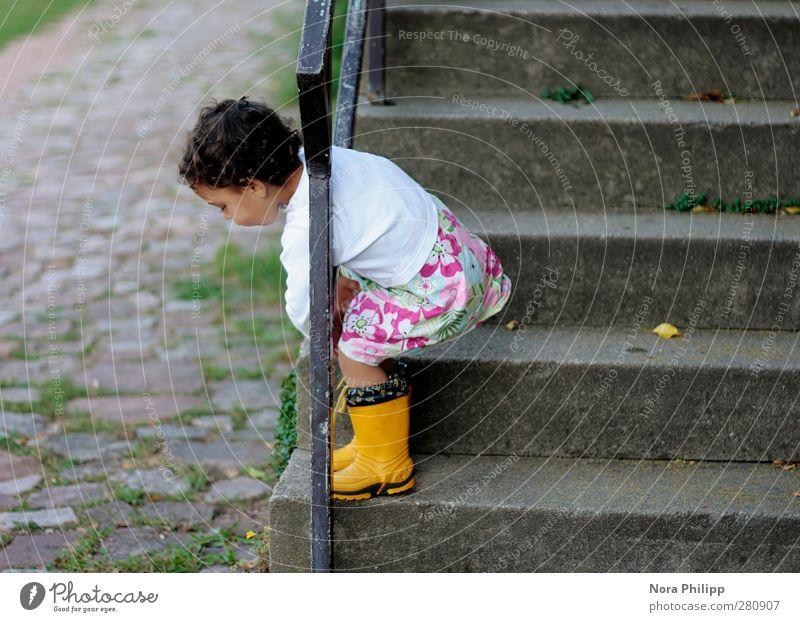 being insouciant Spielen Kind Mensch feminin Mädchen Kindheit Körper 1 1-3 Jahre Kleinkind Treppe Kopfsteinpflaster Geländer Gummistiefel schwarzhaarig Bewegung