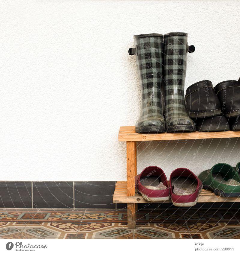 sowas ähnliches wie Ordnung Wand Gefühle Mauer Zusammensein Schuhe Fassade Freizeit & Hobby Ordnung mehrere authentisch Lifestyle Häusliches Leben viele Fliesen u. Kacheln Terrasse Alltagsfotografie