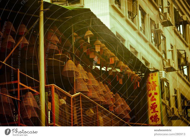 Rauchmanufaktur HongKong Hongkong China Asien Hauptstadt Menschenleer Haus Fassade Terrasse Duft authentisch Räucherstäbchen Räucherspiralen Chinesisch gelb