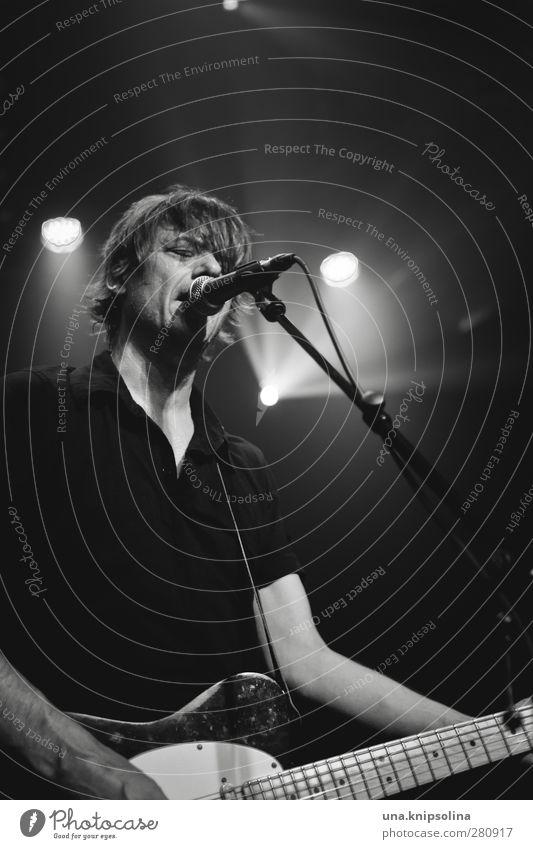 mayuna Veranstaltung Musik Mann Erwachsene 1 Mensch 30-45 Jahre Konzert Bühne Sänger Band Musiker Gitarre blond kurzhaarig Spielen singen Scheinwerfer Mikrofon