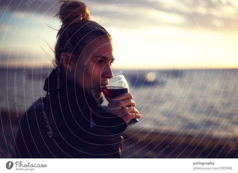 sundowner (II) Mensch Frau Himmel Natur Ferien & Urlaub & Reisen Jugendliche Sommer Wasser Junge Frau Meer ruhig Wolken Strand 18-30 Jahre Erwachsene Leben