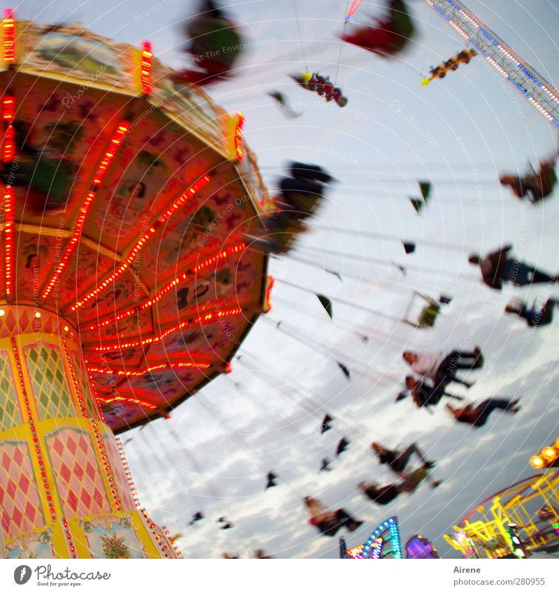 Jetzt gehts rund! Freude Feste & Feiern Oktoberfest Jahrmarkt Mensch Leben Menschengruppe fahren hängen schaukeln sitzen Fröhlichkeit lustig Geschwindigkeit
