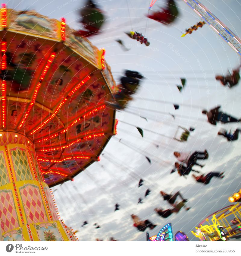 Jetzt gehts rund! Mensch rot Freude Leben Menschengruppe lustig Feste & Feiern Freizeit & Hobby sitzen wild Geschwindigkeit Fröhlichkeit rund fahren Lebensfreude Jahrmarkt