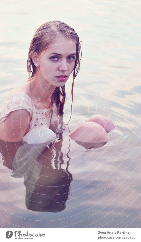 wasser geschichten. feminin Junge Frau Jugendliche Haare & Frisuren Beine 1 Mensch 18-30 Jahre Erwachsene Umwelt Natur Wasser See Kleid blond langhaarig sitzen