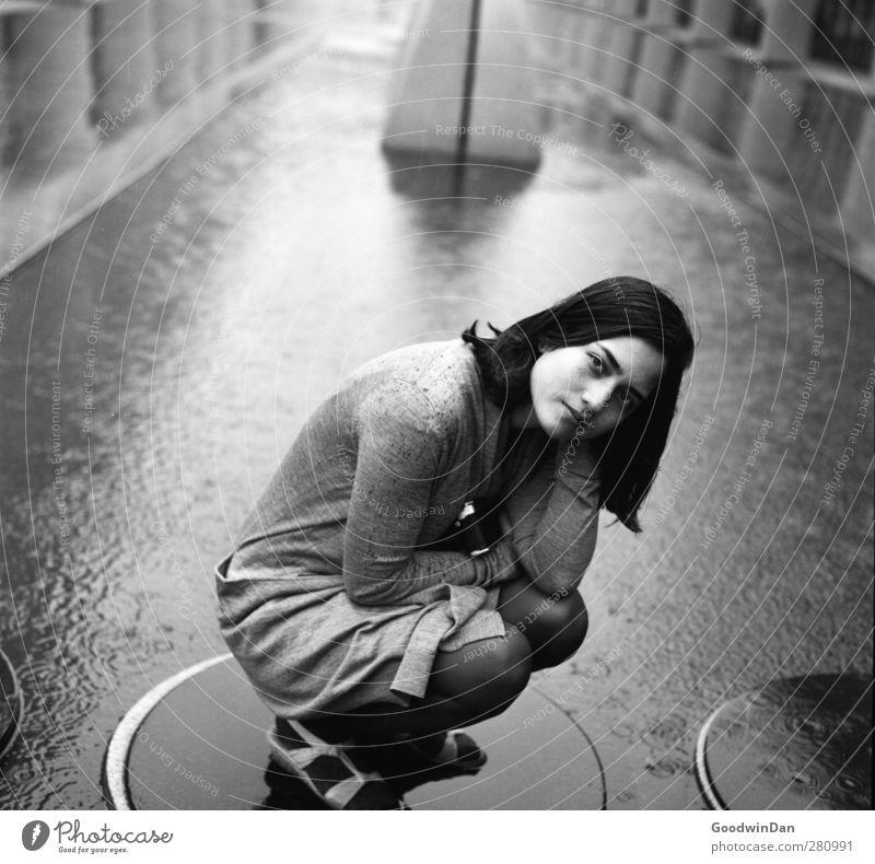 Du merkst es, wenn alles stimmt. Mensch feminin Junge Frau Jugendliche 1 Wasser Unwetter Regen Stadt Stadtzentrum bevölkert dunkel authentisch einfach frei
