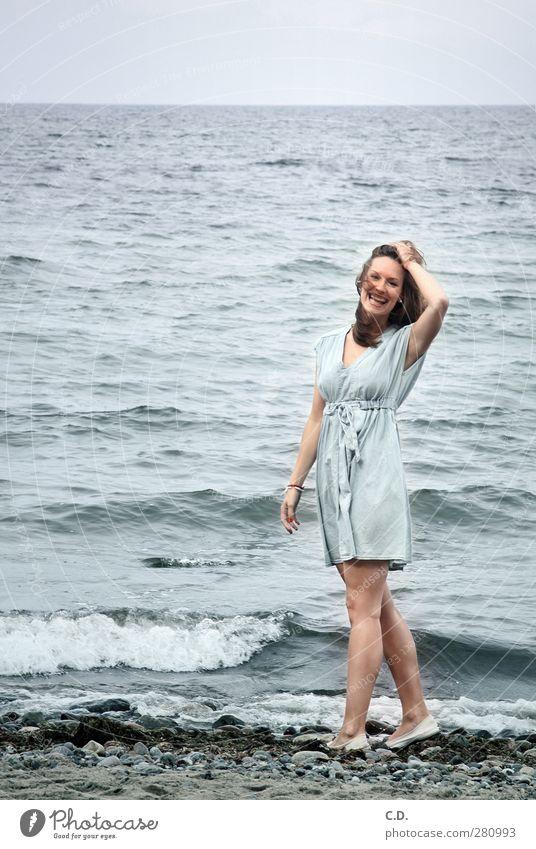 Lia am Strand Freude Sommer feminin Junge Frau Jugendliche 1 Mensch 18-30 Jahre Erwachsene Wasser Himmel Horizont Schönes Wetter Wellen Küste Ostsee Kleid