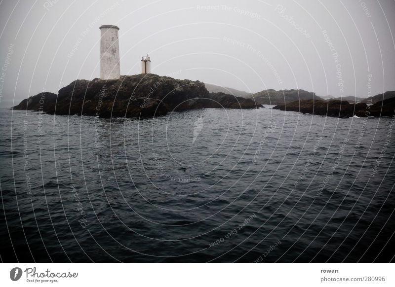 Leuchtturm Wasser Wellen Küste Bucht Fjord Riff Meer Verkehr Verkehrszeichen Verkehrsschild Schifffahrt Kreuzfahrt Bootsfahrt Wasserfahrzeug dunkel kalt