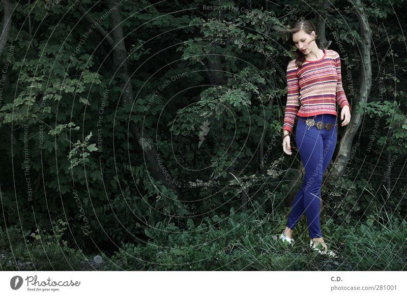 Rückblick Frau Natur Jugendliche blau grün schön Baum rot Einsamkeit Erwachsene Junge Frau Gras Mode 18-30 Jahre rosa ästhetisch