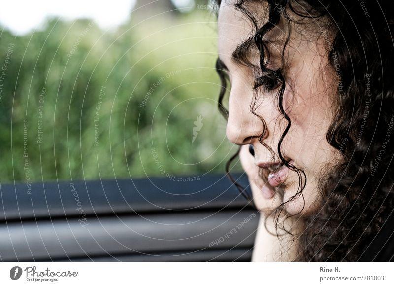 Ja Mensch Jugendliche schön Erwachsene feminin Junge Frau sprechen PKW 18-30 Jahre authentisch Kommunizieren hören Handy Locken brünett langhaarig