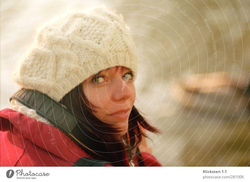 Der Winter naht Junge Frau Jugendliche Leben 1 Mensch 18-30 Jahre Erwachsene Mütze Wollmütze rothaarig beobachten frieren authentisch schön kalt Neugier weiß