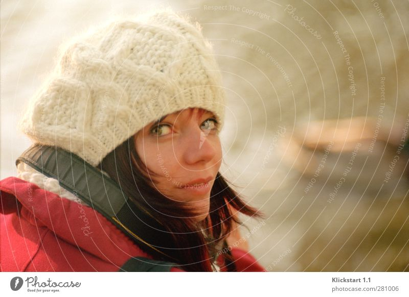 Der Winter naht Mensch Jugendliche weiß schön rot ruhig Erwachsene kalt Leben Junge Frau 18-30 Jahre authentisch beobachten Neugier Mütze