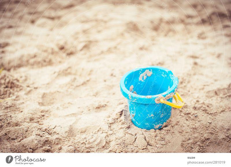 Eimerchen Natur blau Ferien & Urlaub & Reisen Sommer Strand Umwelt Spielen klein Sand natürlich Kindheit authentisch Lifestyle Urelemente Schönes Wetter