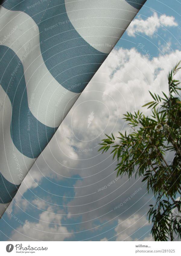 sommerende Ferien & Urlaub & Reisen Sommerurlaub Wolken Baum Palme Bambus Strand Erholung Strandkorb Markise gestreift blau-weiß sommerlich Sommertag diagonal