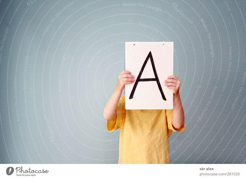 das große -A- Mensch Kind blau Hand gelb Schule Arme Schilder & Markierungen Erfolg Schriftzeichen lernen Studium Buchstaben T-Shirt Kommunizieren lesen