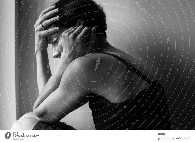 :-( Häusliches Leben Raum Frau Erwachsene Oberkörper 1 Mensch 30-45 Jahre Mauer Wand Fenster Denken festhalten hocken Traurigkeit warten authentisch dunkel