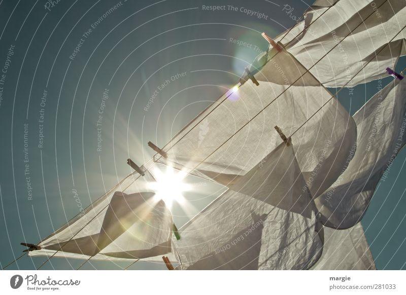 Wäsche trocknen mit Sonne und Wind Seil Umwelt Natur Luft Himmel Sonnenlicht Klima Wetter Schönes Wetter Stoff hängen Reinigen Duft frisch trocken blau weiß