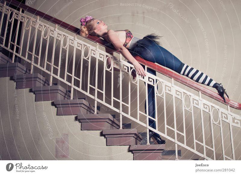 #207153 Lifestyle Stil Freizeit & Hobby Spielen Raum Frau Erwachsene 18-30 Jahre Jugendliche Treppe Mode Strümpfe Accessoire Erholung festhalten liegen träumen