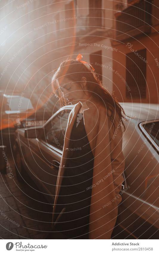 Attraktive Frau auf der Straße stehend Stil Jugendliche schön Großstadt Mode hübsch attraktiv Model Mensch Beautyfotografie Porträt Stadt Dame Glamour modisch