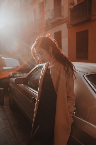 Attraktive Frau auf der Straße stehend Stil Jugendliche schön Großstadt