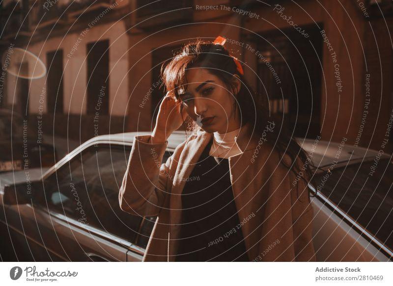 Attraktive Frau auf der Straße stehend Stil Jugendliche schön Blick in die Kamera Großstadt Mode hübsch attraktiv Model Mensch Beautyfotografie Porträt Stadt