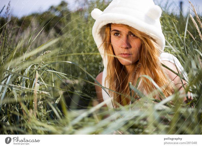 Ein Eisbär im Sommerurlaub (II) Mensch Frau Himmel Natur Jugendliche Pflanze Einsamkeit Junge Frau Strand Erwachsene Umwelt Leben Gefühle feminin Traurigkeit