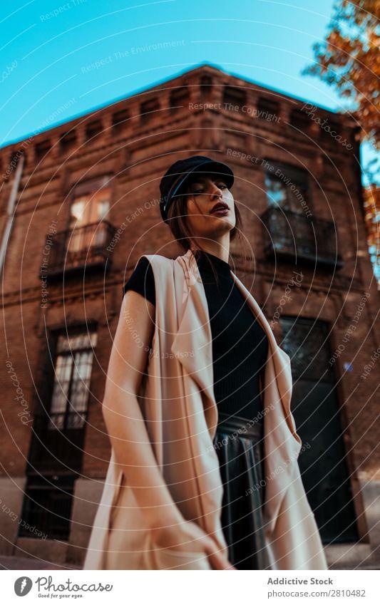 Sinnlich stilvolle Frau auf der Straße Stil Jugendliche Backstein Gebäude Hände in den Taschen Mütze schön Großstadt Mode hübsch attraktiv Model Mensch