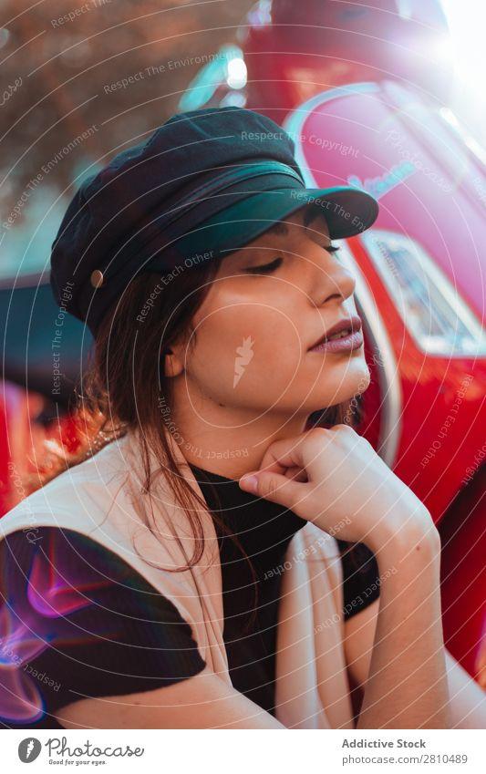 Junge hübsche Frau am Roller Stil Jugendliche Straße Kleinmotorrad rot Motorrad Mütze schön Großstadt Mode attraktiv Model Mensch Beautyfotografie Porträt Stadt