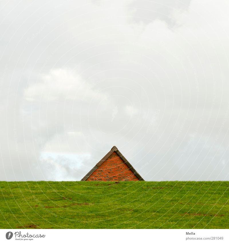 Schutz Umwelt Landschaft Gras Wiese Deich Menschenleer Haus Einfamilienhaus Gebäude Dach Dachgiebel Giebelseite einfach Sicherheit Perspektive Häusliches Leben