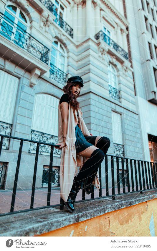 Stilvolle junge Frau am Handlauf Jugendliche Straße Zaun Geländer Gebäude schön Großstadt Mode hübsch attraktiv Model Mensch Beautyfotografie Porträt Stadt Dame