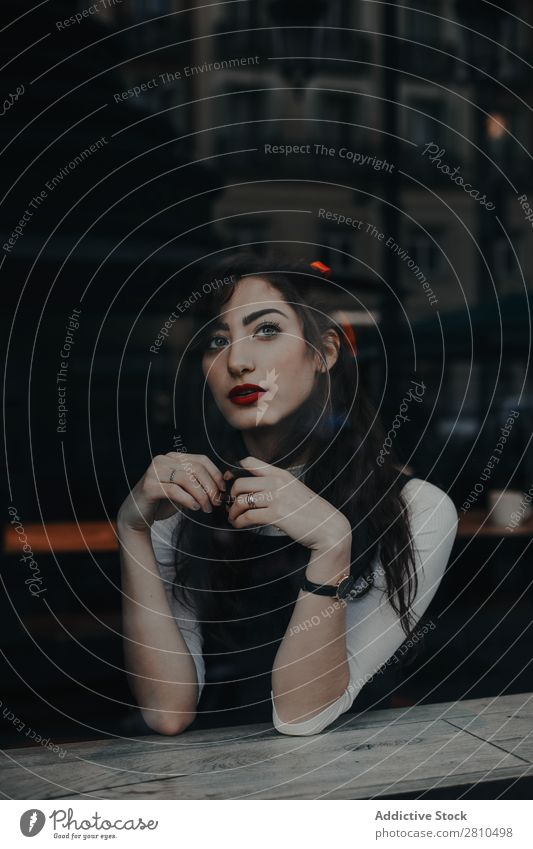 Stilvolle junge Frau im Café Jugendliche Straße sitzen ruhen schön Großstadt Mode hübsch attraktiv Model Mensch Beautyfotografie Porträt Stadt Dame Glamour
