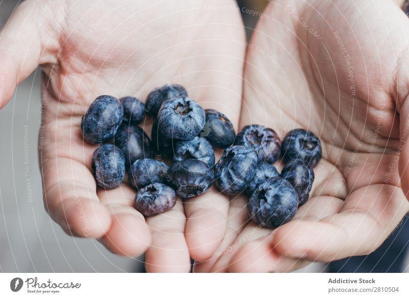 Eine Handvoll reifer Heidelbeeren. Blaubeeren Beeren Frucht Lebensmittel süß saftig frisch Zerreißen Gesundheit geschmackvoll organisch Diät Dessert Natur blau