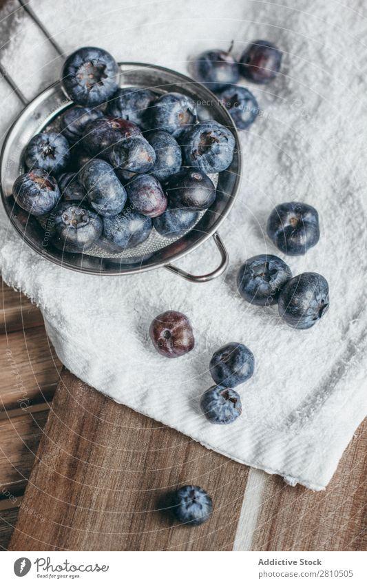 Eine Handvoll reifer Heidelbeeren. Blaubeeren Beeren Frucht Lebensmittel süß saftig frisch Gesundheit geschmackvoll organisch Diät Dessert Natur blau Vitamin
