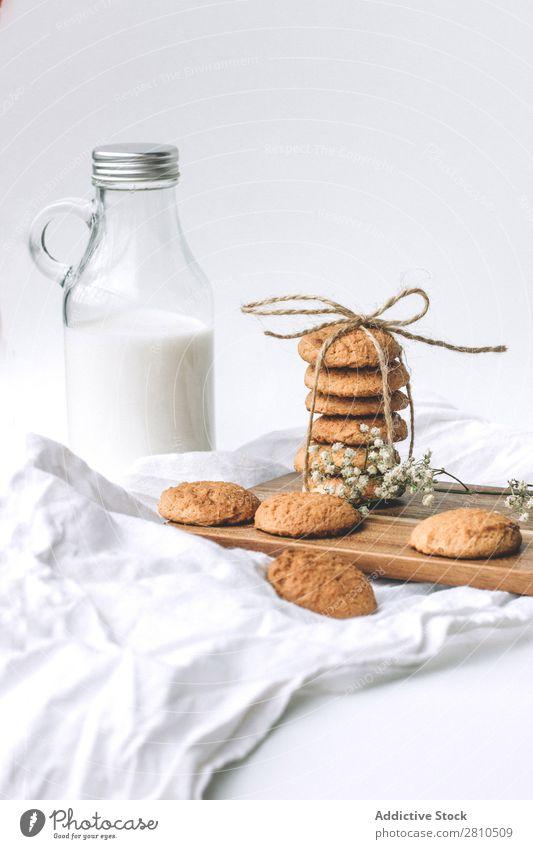 Flasche Milch und Kekse Plätzchen süß Glas Lebensmittel Tisch Snack Dessert weiß frisch trinken lecker Fressen Küche Stapel Frühstück Zucker heimwärts