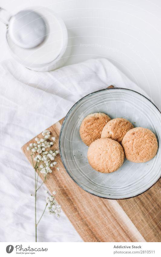 leckere Kekse in einem Teller mit Milchflasche Plätzchen süß Lebensmittel Tisch Snack Dessert weiß frisch trinken Fressen Küche Stapel Frühstück Zucker