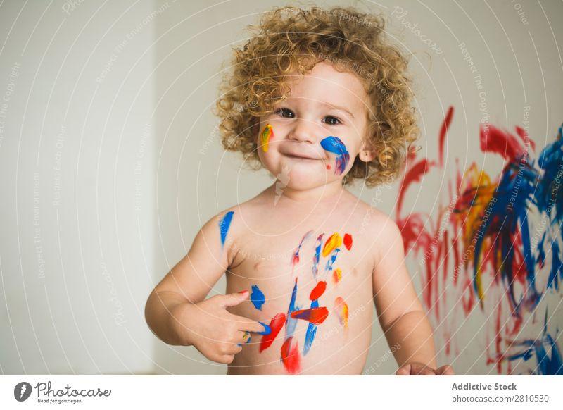 Fröhliches Kindermalerei auf dem Körper malen klein zeichnen Freude heiter Lächeln Blick in die Kamera reizvoll hell Kunst Zeichnung Kindheit Farbe Künstler