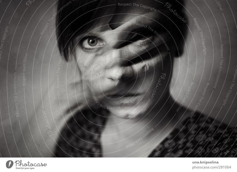 inner emigration Mensch Frau Jugendliche Hand 18-30 Jahre dunkel Gesicht Erwachsene Traurigkeit Gefühle feminin außergewöhnlich Denken träumen Angst bedrohlich