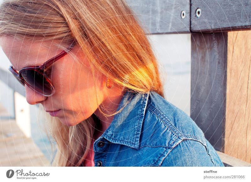 Portrait einer jungen Schönen Mensch Frau Natur Jugendliche schön Meer ruhig Erwachsene Junge Frau Haare & Frisuren Kopf blond Konzentration Ostsee Steg