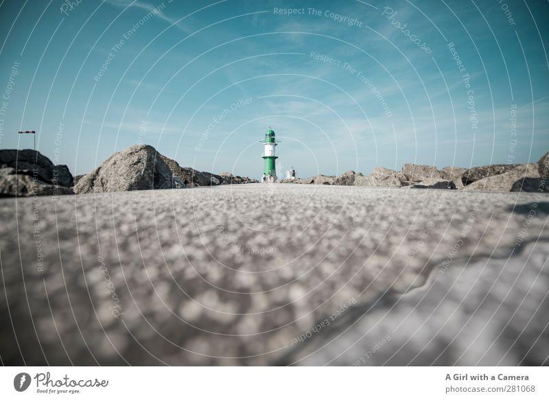 Warnemünde - Horizont Himmel Wolkenloser Himmel Sommer Leuchtturm Ferne tief klein Wege & Pfade Froschperspektive Gedeckte Farben Außenaufnahme