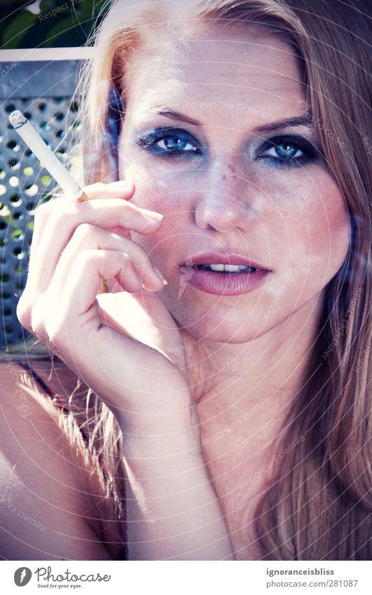 Farewell to Summer Rauchen feminin Junge Frau Jugendliche Erwachsene Kopf 1 Mensch 18-30 Jahre Erholung blond elegant schön Farbfoto Außenaufnahme Morgen