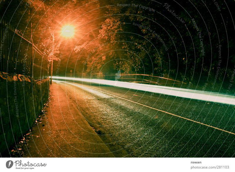 nachtfahrt Stadt dunkel Straße PKW Lampe Beleuchtung Verkehr Geschwindigkeit fahren Asphalt Bürgersteig Zaun Straßenbeleuchtung Verkehrswege Kurve Autofahren