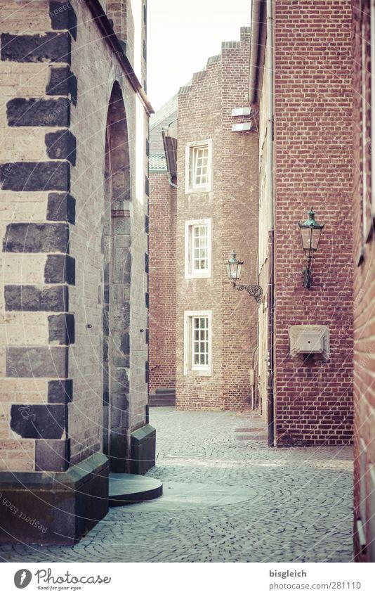 Durch diese hohle Gasse Düsseldorf Bundesadler Europa Stadt Stadtzentrum Altstadt Menschenleer Haus Kirche Mauer Wand Fenster Straßenbeleuchtung