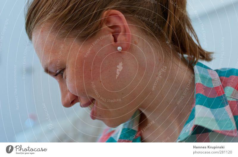 acht Mensch feminin Junge Frau Jugendliche Erwachsene Kopf Ohr 1 18-30 Jahre brünett langhaarig Zopf beobachten entdecken Lächeln Blick authentisch frei