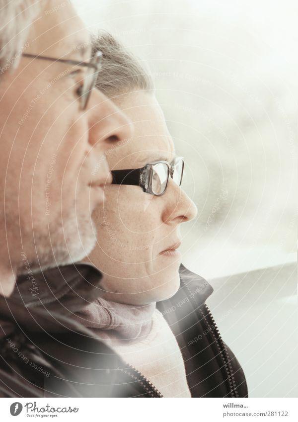Die Skeptiker Frau Mann Brillenträger Visionäre skeptisch beobachten Denken Verantwortung Neugier Interesse Hoffnung Erwartung Konzentration Perspektive planen