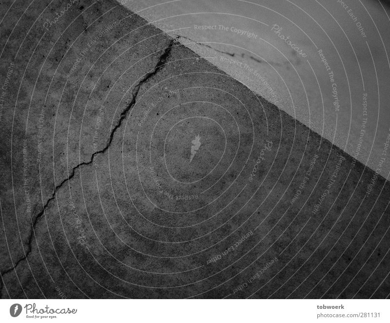 Riss Skulptur Mauer Wand Stein Beton Linie Streifen Aggression dunkel eckig einzigartig kaputt grau Ecke Felsspalten scharf Berlin Judendenkmal Denkmal