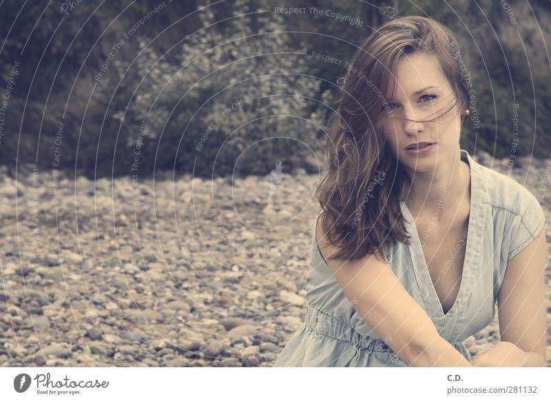 Lia Frau Jugendliche schön Erwachsene Junge Frau Gefühle Küste Stein 18-30 Jahre natürlich Warmherzigkeit Sträucher Kleid brünett langhaarig direkt