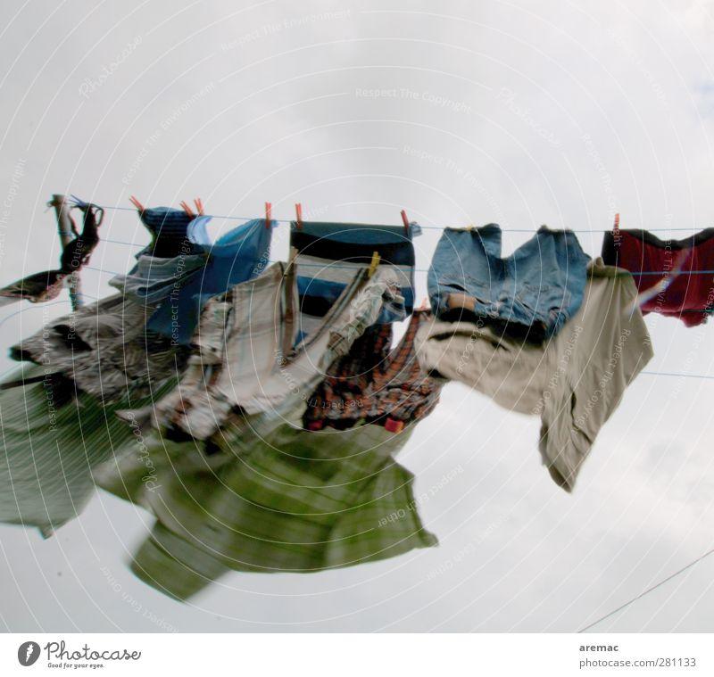 WIndtrocknung Wind Bewegung Wäsche Wäscheleine Wäsche waschen trocknen grau Haushaltsführung Farbfoto mehrfarbig Außenaufnahme Menschenleer Textfreiraum oben