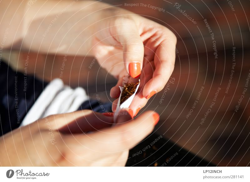 Drehmoment. Lifestyle schön Körperpflege Nagellack Gesundheit Rauchen Mensch feminin Junge Frau Jugendliche Erwachsene Hand Finger 1 18-30 Jahre warten Stadt