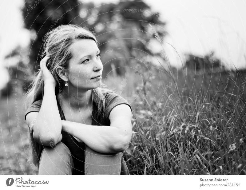 schritt vor. Junge Frau Jugendliche Körper 1 Mensch 18-30 Jahre Erwachsene Garten Feld T-Shirt blond langhaarig Scheitel Zopf träumen Erfolg Zufriedenheit