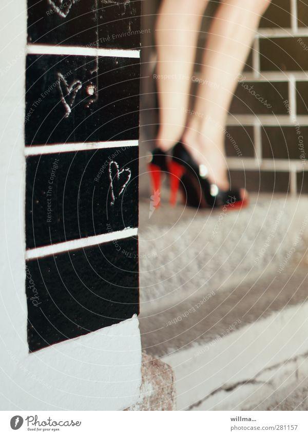 herzdame elegant feminin Beine Wade Fuß Mauer Wand Zeichen Herz stehen Erotik schwarz Liebesaffäre Stadt Dame Damenschuhe Schuhabsatz Treppe warten Eingang